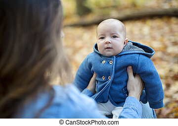 mãe, com, filha, bebê, em, floresta outono