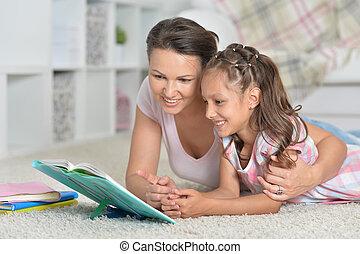 mãe, com, filha, fazendo, dever casa