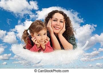 mãe, com, filha, ligado, pena, branco, macio, nuvens, em, céu azul, colagem