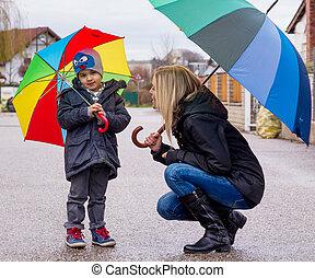 mãe criança, com, guarda-chuva