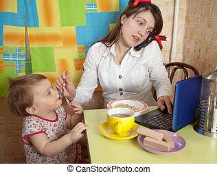 mãe criança, comendo desjejum