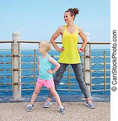 mãe criança, em, condicão física, equipamento, esticar,...