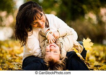 mãe criança, junto, em, outono, tempo