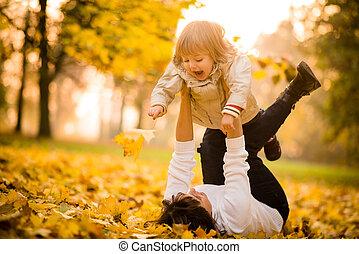 mãe criança, -, outono, divertimento