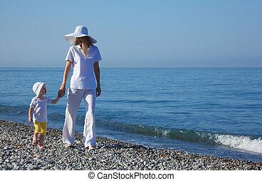 mãe, criança, passeio, borda, de, mar