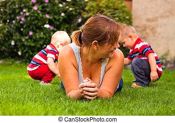 mãe crianças, apreciar, jardim