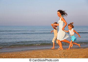 mãe crianças, executando, borda, de, mar