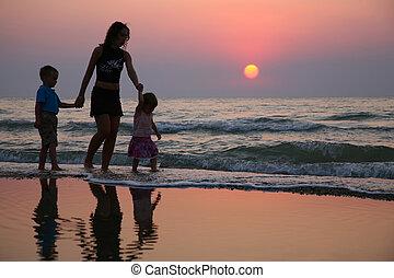 mãe crianças, praia, ligado, pôr do sol