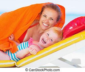 mãe, deitando, retrato, bebê, chaise-longue, feliz