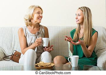mãe, e, adulto, filha, ligado, sofá