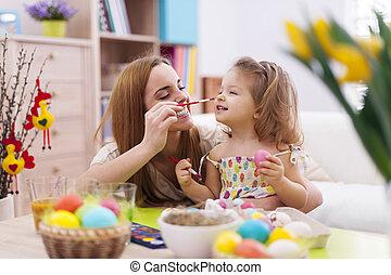 mãe, e, dela, bebê, divirta, enquanto, ovos páscoa pintura
