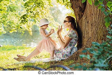 mãe, e, dela, filha, tendo divertimento, parque