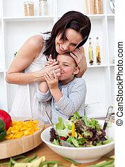 mãe, e, dela, menininha, tendo divertimento, cozinha