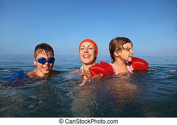 mãe, em, verão, ensina, nadar, duas crianças, menino menina, litoral, submarinas, pacote, tiro