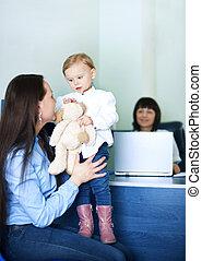mãe, entretendo, dela, filha, em, escritório doutores