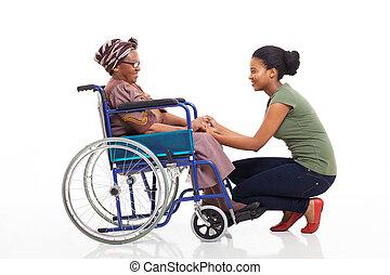 mãe, falando, incapacitado, filha, africano, sênior
