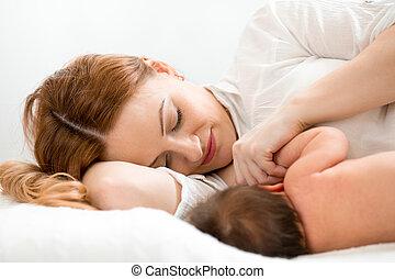 mãe feliz, mamando, bebê recém-nascido