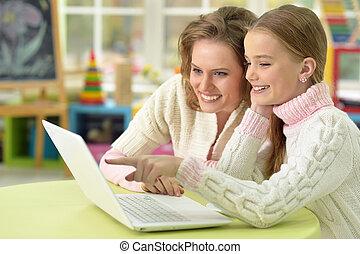 mãe filha, com, laptop