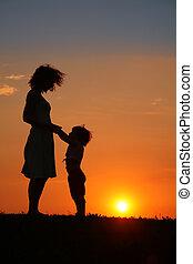 mãe filha, ligado, pôr do sol, silueta