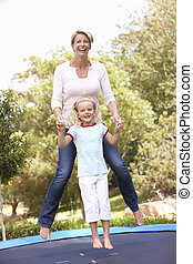 mãe filha, pular, ligado, trampoline, em, jardim
