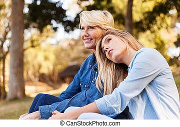 mãe, filha, relaxante, ao ar livre