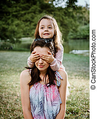 mãe filha, tendo, um, grande, divertimento, parque