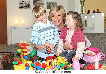 mãe jogando, com, crianças