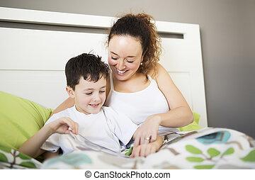 mãe, leitura, com, dela, filho, sofá