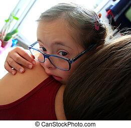 mãe pequena, menina, chorando, mãos