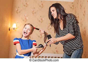 mãe pequena, sapatos, menina, luta