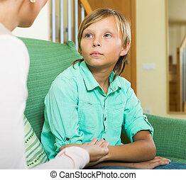mãe, sério, adolescente, lar, menino, falando