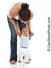 mãe segura bebê, para, a, primeiro passo