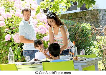 mãe, servindo, almoço, para, crianças, em, jardim lar