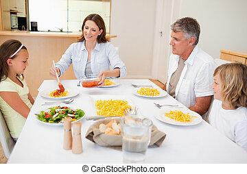 mãe, servindo, jantar, para, família