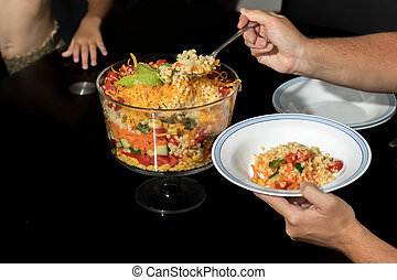 mãe, servindo, prato, multi estendeu camadas, salada