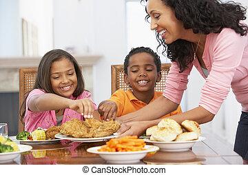 mãe, servindo, um, refeição, para, dela, crianças, casa