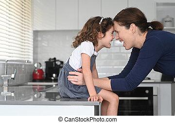 mãe, tendo divertimento, filha, lar