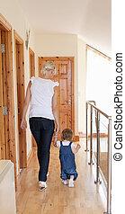 mãe, wakling, com, dela, filha, chão