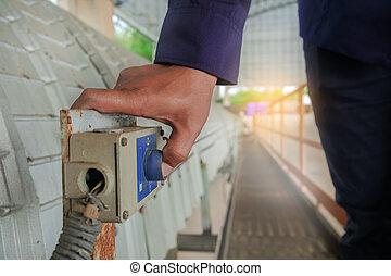 mão, apertando, emergência, parada, ligar, cinto, transportador, para, feche, maquinaria, instantly, quando, um, acidente, happens
