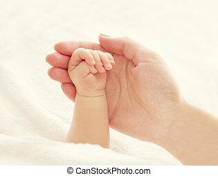 mão bebê, e, mãe, mãos, mulher segura, recem nascido, recém nascido, ajuda