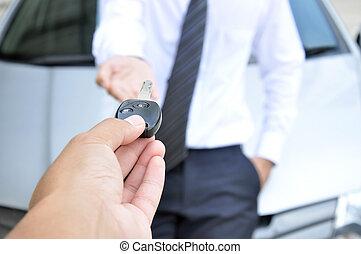 mão, dar, um, tecla carro, para, outro, homem, -, car, venda, &, aluguel, serviço, conceito