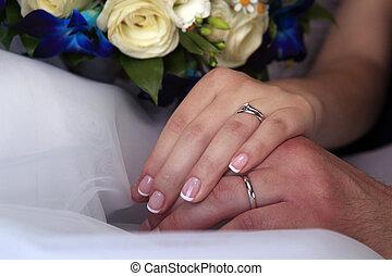 mão, de, a, noivo, e, a, noiva, com, anéis casamento