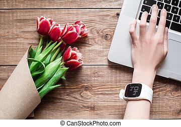 mão, de, mulher, desgastar, smartwatch, ligado, laptop, computer., vista superior