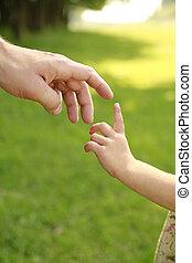 mão, de, pai criança, em, natureza