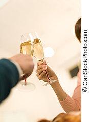 mão, de, par, tendo, um brinde, com, champanhe