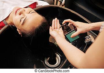 mão, espremer, shampoo, cabeleireiras