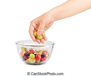mão feminina, põe, bagas, em, um, salada fruta, isolado, branco
