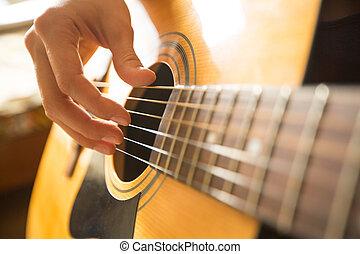 mão feminina, tocando, ligado, acústico, guitar., close-up.