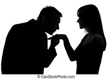 Mão, homem, beijando, mulher, par, um. Mão, silueta, fundo, isolado, homem,  beijando, branca, mulher, estúdio, um, caucasiano