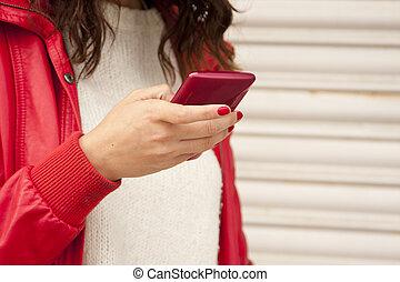 mão, menina jovem, com, telefone móvel